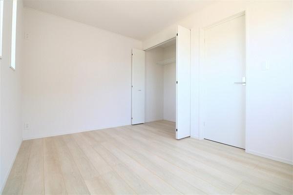【洋室】 2階6帖洋室です。大きなクローゼット付き♪