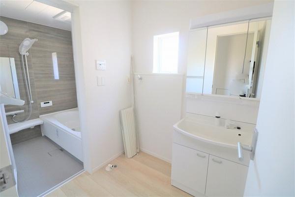 【洗面室】 白基調の清潔感のある洗面所。広々としたスペースです♪