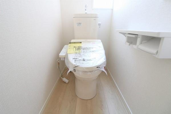 【トイレ】 1階と2階にトイレあります。ウォシュレット付きです♪