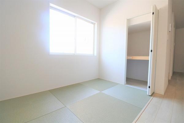 【タタミコーナー】 お子様を2階に上げずともリビング横にタタミコーナーがあるのでお昼寝するのにも◎