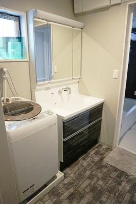 洗面台の三面鏡の裏は大容量収納スペース