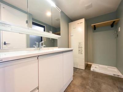 脱衣スペースを含む空間はゆとりの広さを設け、また洗面化粧台にも収納スペースを設ける事により、散らかりやすい洗面スペースをスッキリ保てます。