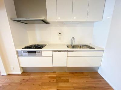 食洗機付きキッチン。「ビルトインタイプ食器洗乾燥機」通常の手洗いでは使用出来ないほど高温のお湯や高圧水流を使うことにより汚れを効果的に落とすことができます。