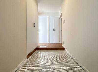 白をベースに空間全体を光り眩く演出して、素敵な玄関スペースが演出されています。