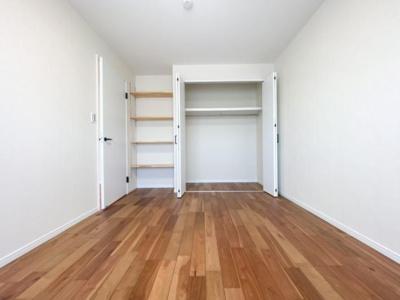リビング横の6.5帖の洋室です。