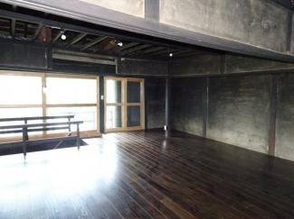 2F 約21帖のフローリング 壁 天井はリフォームの余地あり。