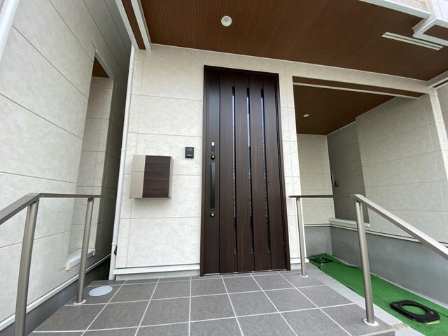 狭い土地などに家を建てる狭小住宅専門の会社が造った建売住宅です。