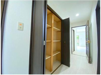 廊下部分には容量たっぷりの収納スペースもございます。
