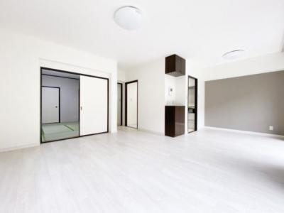 LDKは17帖以上を確保しております。 また、和室スペースが隣接していますので、一体的に利用すれば約23帖の広さを確保することも可能です。
