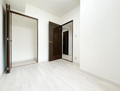 落ち着いた色合いのフローリングです。 どんな色でも合わせやすく家具選びからカーテンなども合わせやすそうです。