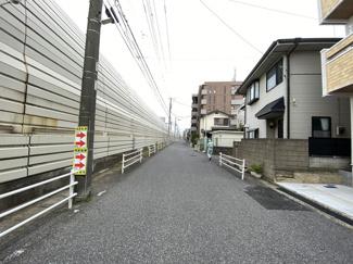 前面道路は7.7mと3.5mの公道です。