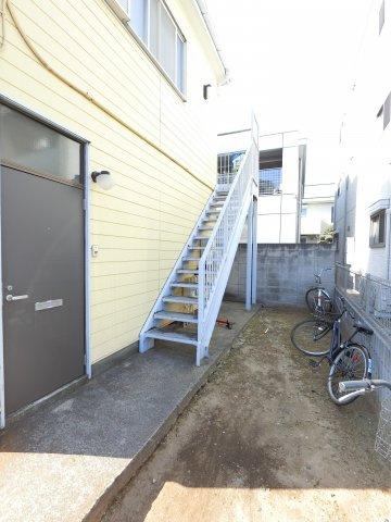 出入口と自転車置場スペースです