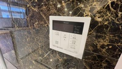 大理石柄のキッチン横の壁です。給湯器がついてます。