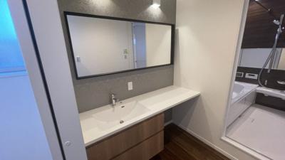 大きな鏡がついた洗面化粧台!グレーカラーが可愛いです。