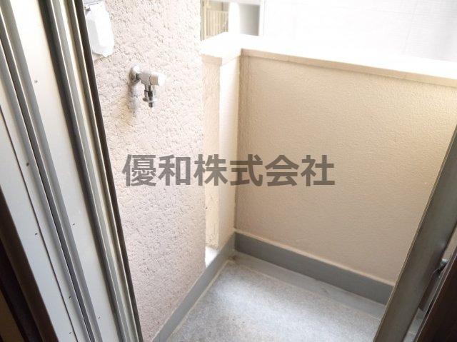 現況とは異なります。同タイプのお部屋の洗濯置き場となります。