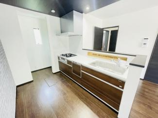 船橋市芝山 新築一戸建て 高根木戸駅 床の色に合わせたシステムキッチン!! 食洗器がついているので洗い物も手間がかかりません♪