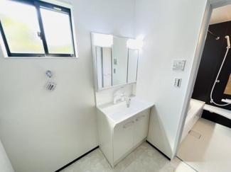 船橋市芝山 新築一戸建て 高根木戸駅 三面鏡付きシャワー水栓独立洗面台になります!