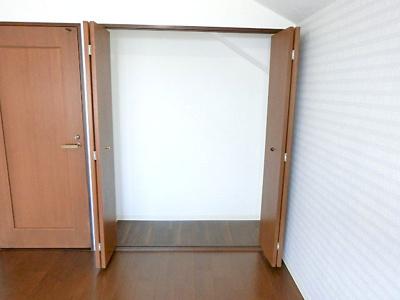 【現地写真】 奥行きのある収納スペースがあるのでお部屋をスッキリご利用になれそうですね♪