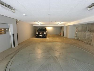 ターンテーブル付機械式駐車場です。