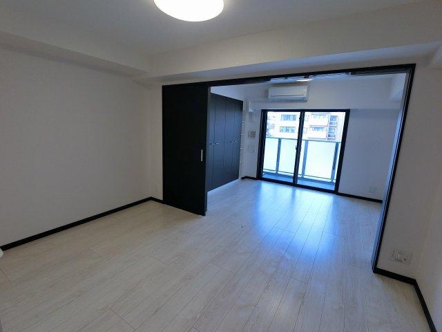 10.5帖のリビングは洋室の引戸を開けて広い空間としても◎ 快適に暮らせるエアコン付です。