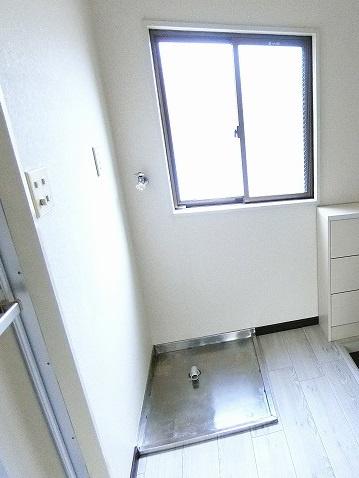 玄関正面にある室内洗濯機置き場です♪室内に置けるので洗濯機が傷みにくい☆※参考写真※