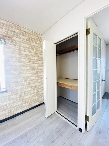 洋室6帖のお部屋にある収納スペースです♪かさ張るお荷物もすっきり片付いて快適に!※参考写真※