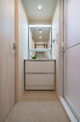 グレイス錦糸町:三面鏡が付いた明るく清潔感のある洗面化粧台です!