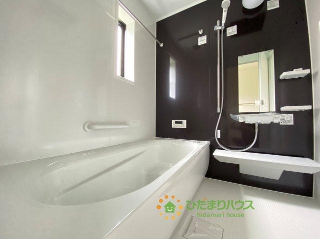 シックなアクセントクロスがオシャレな浴室♪楽しいバスタイムをお過ごしください♪