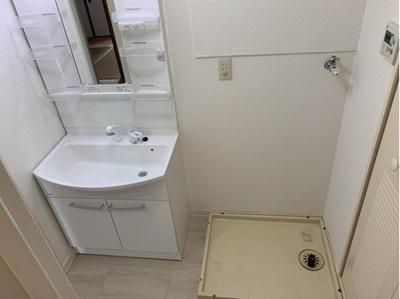 小物収納棚のある洗面台です。コンセントもついているので、忙しい朝の支度にも便利な設計です。