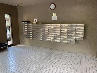 エントランスです。マンション内部に郵便受けもあります。