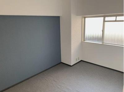 ブルーのクロスがおしゃれな洋室です。6.2帖の広さで、個人のお部屋としても最適です。窓があるので日中は明るいです。