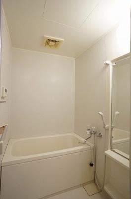 明るく清潔感ある浴室です(写真は他室です)