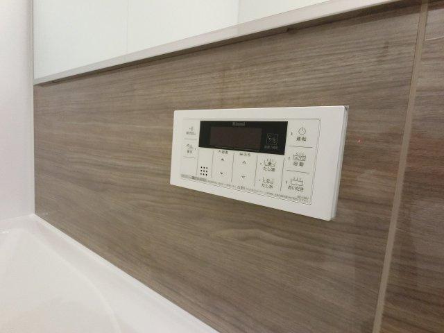 追炊き機能のスイッチパネル。 ご家族の帰宅時間が別々でも暖かいお湯で疲れを癒せます。