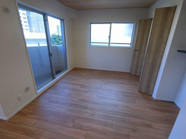 5.7帖の洋室は主寝室にいかがでしょうか。 2面採光で日当たり・風通し◎