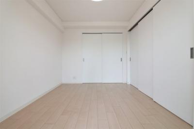【現地写真】 シンプルでホワイトを基調とした、リビング以外の居室♪