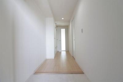 【現地写真】 玄関を開けると、明るい日が差し込むリビングへと誘う廊下。一日あったいろんなことを胸に帰る我が家。「ただいま」と「おかえり」が交わされる幸せな空間が待っています♪