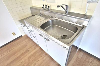 落ち着いた色合いのキッチン。使い勝手も良いです。