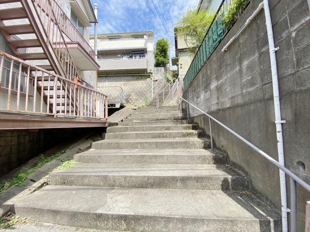 公衆用道路(階段)に面しております