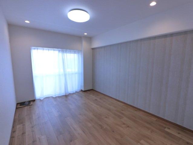11.0帖のリビングは南向きバルコニーに面しており日当たり・風通し◎ ダイニングテーブルやソファーなどの家具もしっかりと配置できます。