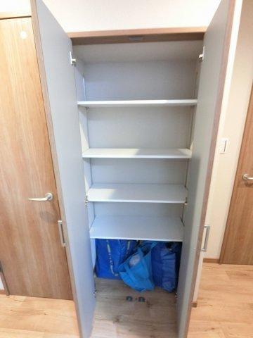 廊下部分の可動式収納です。 備蓄品や防災用品なども収納できます。
