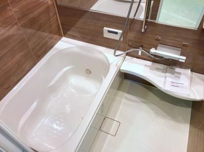 木目のパネルがオシャレな浴室です♪