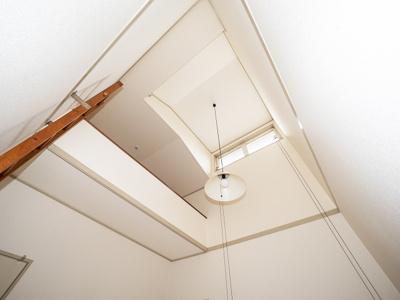 2階4.5帖洋室、優しい光が降り注ぐ天窓と使い道色々ロフト