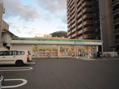 ファミリーマート本町三丁目店 122m