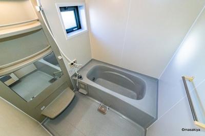 お風呂 一坪タイプで広々です。追い焚き付き・窓付きです。