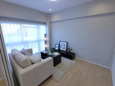 5.7帖の洋室はリビング・居室として多目的に活用できます。