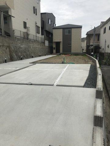 車路傾斜部分は、隣地とお互い通行することができます
