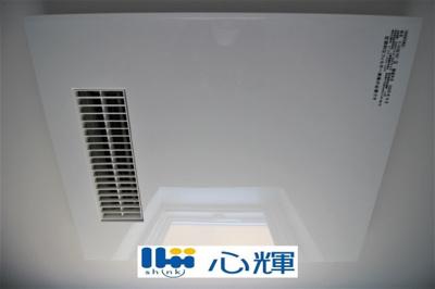 浴室換気・乾燥・暖房機(本体)です。冬場の予備暖房、夜間や梅雨時の衣類乾燥、カビ対策などに活躍します。