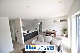 家族が集い過ごす広く開放的な自由空間。季節ごとに壁飾りや家具の配置を変えて楽しんでみるのはいかがですか。
