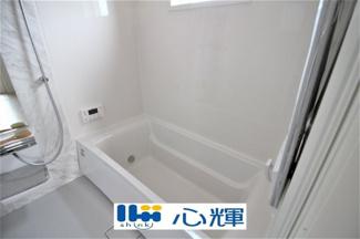 素敵なバスパネルと曲線デザインが美しい浴槽が高級感を感じさせる浴室に身も心も癒されます。疲れを癒す場所にふさわしい快適で清潔な空間で心も体もオフになる極上のリラックスタイムをお楽しみください。
