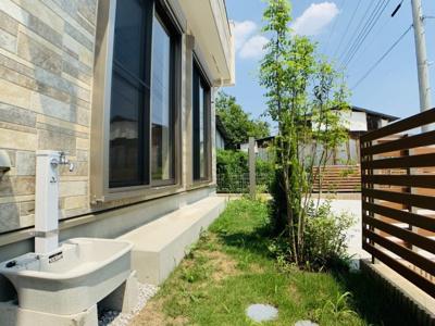 敷地の南側にあるお庭は、四季折々の家庭菜園を楽しんだり、芝生を植えてお子様が遊べる贅沢な空間です。